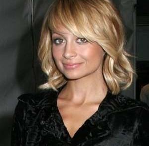 coiffure-femme-frises-mi-long-visage-rond.jpg