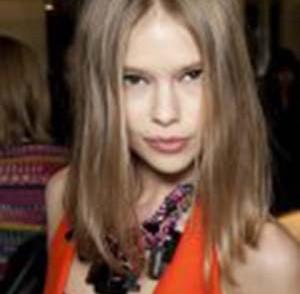 coupe-cheveux-longs-raie-au-milieu-femme-20-ans.jpg
