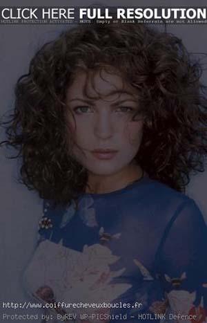 coupe-courte-cheveux-ondules-femme-30-ans.jpg